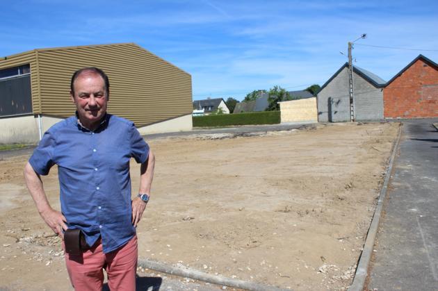 Roland Morel, 1 adjoint au maire de Passais-Villages, s'est assuré du bon déroulement<br /> de la destruction de l'ancienne salle des fêtes de Passais. -